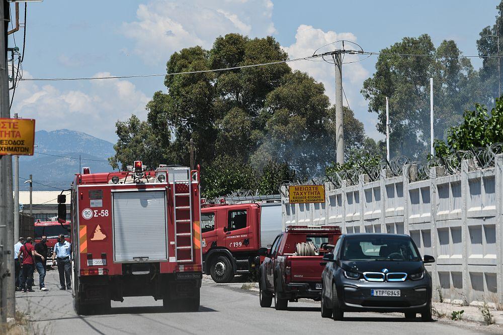 Ασπρόπυργος: Υπό έλεγχο η φωτιά στο βυτιοφόρο – Είχε ζητηθεί εκκένωση της περιοχής (Photos – Video)