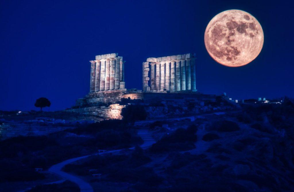 Φεγγάρι της Φράουλας: Εντυπωσιακές εικόνες από την τελευταία υπερπανσέληνο του έτους (Photos)