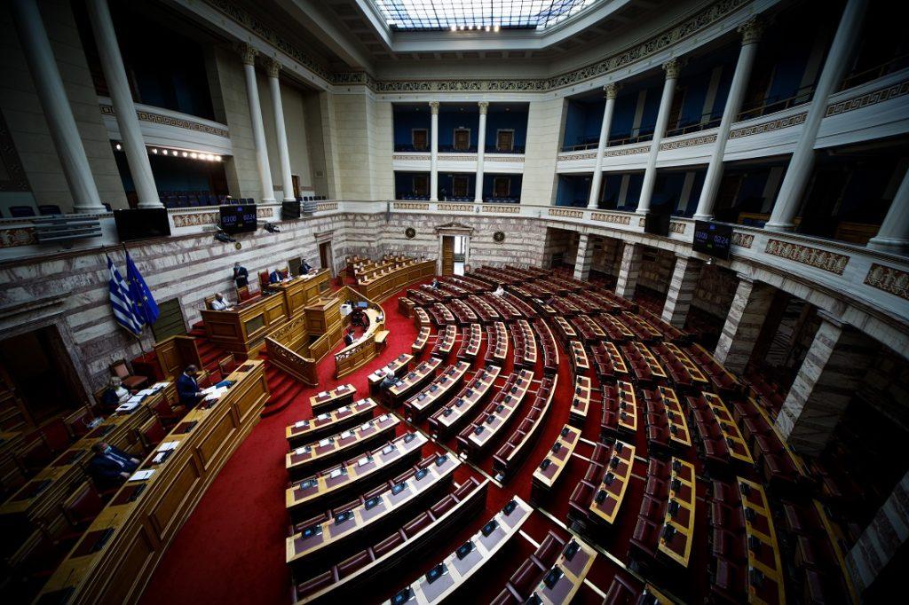 Βουλή: Πυρ ομαδόν από την αντιπολίτευση για το αντεργατικό νομοσχέδιο Χατζηδάκη