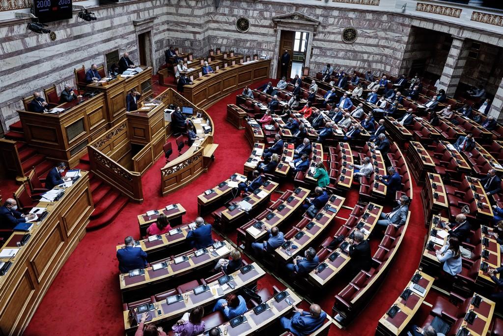 Γαλάζιοι και πράσινοι μπέρδεψαν τις γραμμές τους στη Βουλή με τον ΣΥΡΙΖΑ στη μέση