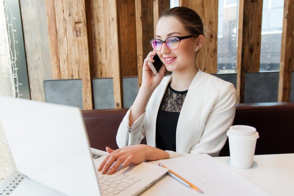 EE: Βάζει τις γυναίκες στην πρώτη γραμμή της τεχνολογίας