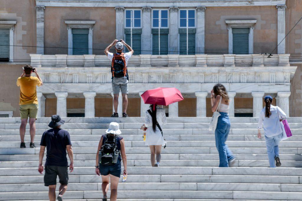 Καύσωνας: Στα ύψη το πολιτικό θερμόμετρο μετά την πρόταση Τσίπρα για αργία τη Δευτέρα