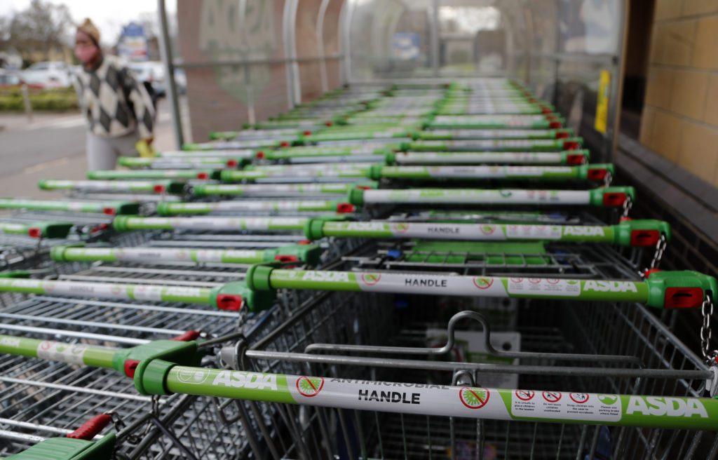 Διεθνής Τύπος: Άδεια ράφια στα σούπερμαρκετ της Βρετανίας – Μέλος της Λέγκας του Βορρά σκότωσε Μαροκινό στην Ιταλία