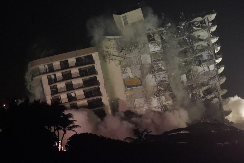 Φλόριντα: Καρέ καρέ η κατεδάφιση του μοιραίου κτιρίου – Εκατοντάδες ακόμα οι αγνοούμενοι (Video)