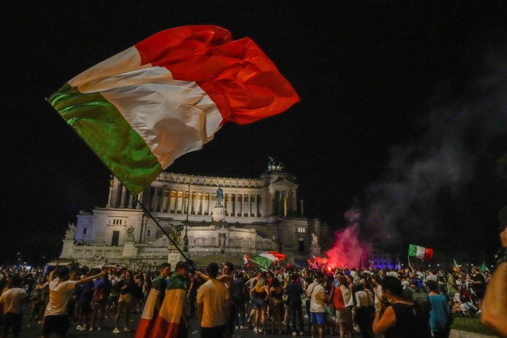 Διεθνής Τύπος: Η Ιταλία πρωταθλήτρια Ευρώπης – Προετοιμάζονται για το τέταρτο κύμα στην Γερμανία
