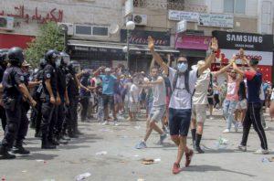 Αναβρασμός στην Τυνησία: Παύθηκε η κυβέρνηση από τον πρόεδρο – Ένοπλες δυνάμεις περικύκλωσαν το κοινοβούλιο