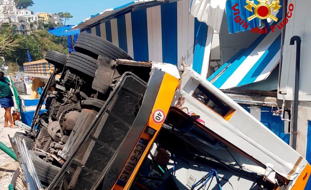 Ιταλία: Ένας νεκρός και 19 τραυματίες από πτώση λεωφορείου στο νησί Κάπρι
