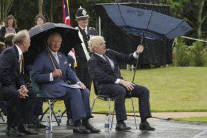 Βρετανία: Ο Μπόρις Τζόνσον «παλεύει» με μια ομπρέλα και ο Κάρολος γελάει! (Video)