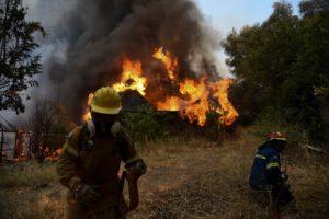 Πύρινη κόλαση στην Αιγιάλεια: Πέντε τραυματίες, 20 καμένα σπίτια, οικολογική καταστροφή (Videos)