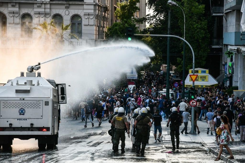 Σύνταγμα: Επεισόδια και δακρυγόνα σε διαδήλωση αντιεμβολιαστών – Ακροδεξιά σύμβολα και τρικάκια στη συγκέντρωση (Photos & Video)
