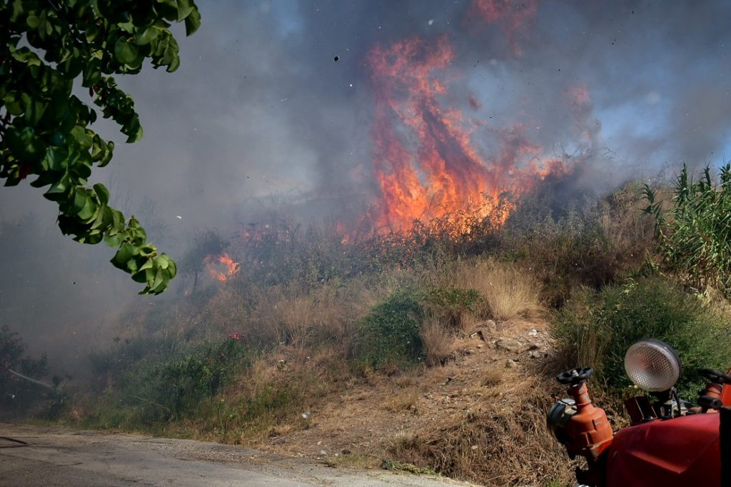 Μεγάλη πυρκαγιά στην Αχαΐα: Καίγονται σπίτια, εκκενώθηκαν οικισμοί (Photos & Videos)