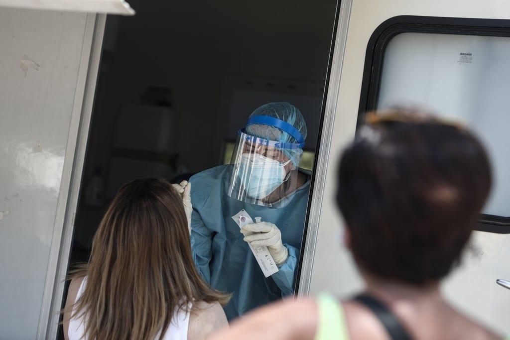 Αύξηση του ιικού φορτίου σε Βόλο, Αλεξανδρούπολη, Χανιά – Σταθεροποίηση σε Αττική και Θεσσαλονίκη