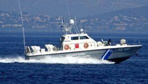 Αγωνία για ζευγάρι τουριστών στην Κρήτη – ανατράπηκε η βάρκα τους