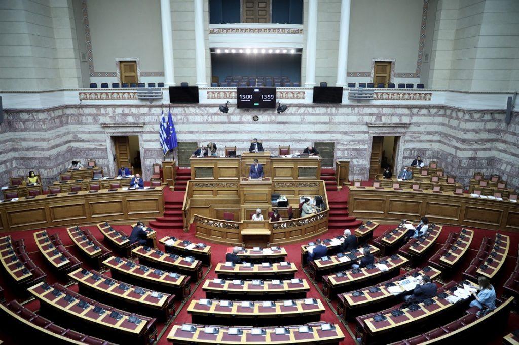 Η κυβέρνηση προωθεί τη γενίκευση της υποχρεωτικότητας των εμβολιασμών – Πέρασε η τροπολογία με ψήφους ΝΔ – ΚΙΝΑΛ