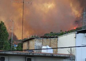 Ζήρια Aχαΐας: Καίγονται σπίτια, «κατέβηκε» στη θάλασσα η φωτιά – Έκλεισαν γέφυρα Ρίου-Αντιρρίου και Εθνική Οδός (Photos- Video)