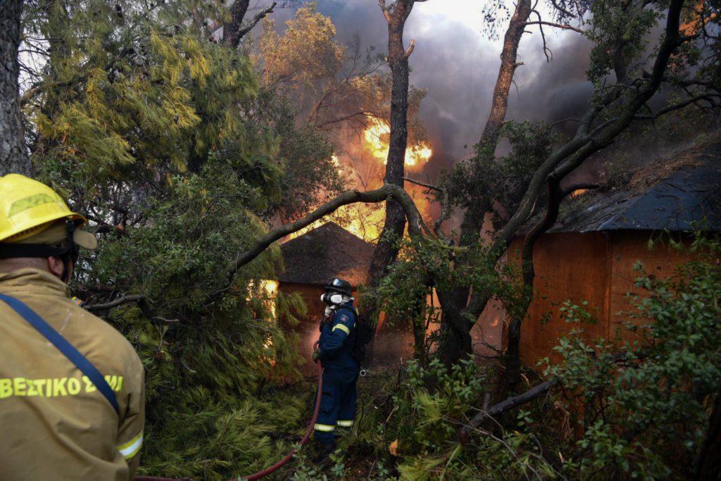 Φωτιά στην Αχαΐα: «Τουλάχιστον 10 σπίτια έχουν καεί ολοσχερώς», λέει ο δήμαρχος Αιγιαλείας