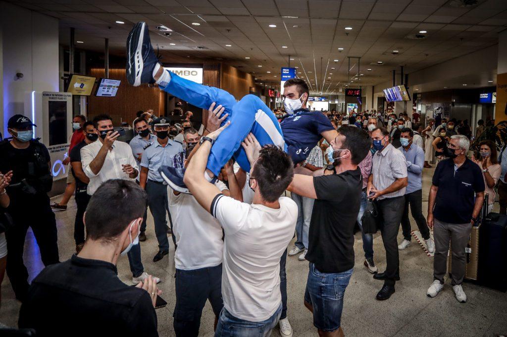 Στέφανος Ντούσκος: Επέστρεψε στην Ελλάδα με το χρυσό μετάλλιο – Τον σήκωσαν στα χέρια στο αεροδρόμιο