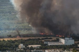 Κόλαση φωτιάς στη Βαρυμπόμπη – Καίγονται σπίτια, ανυπολόγιστες καταστροφές (Photos)