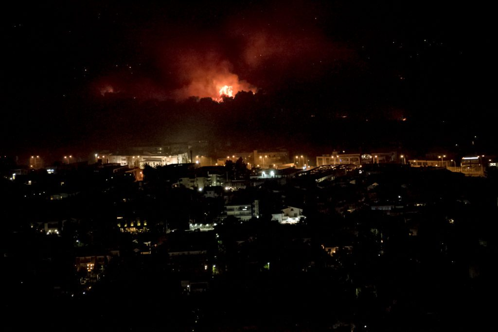 Πυρκαγιά στη Βαρυμπόμπη: Χωρίς ρεύμα και νερό περιοχές της Αττικής