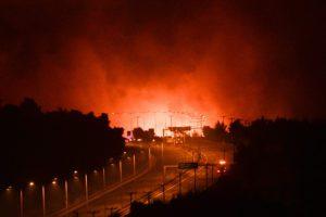 Πύρινη κόλαση στις Αφίδνες: Εκρήξεις σε μονάδα με μεταχειρισμένα αυτοκίνητα – Οι ελπίδες στα εναέρια μέσα (Photos – Video)