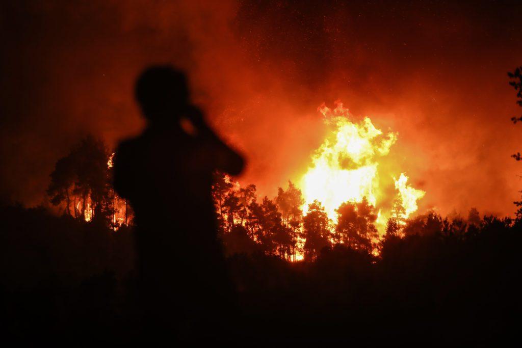 Εφιάλτης στην Εύβοια: Απεγκλωβίζουν κατοίκους στην Αγία Άννα με πλωτά μέσα – Απειλούνται τα χωριά Αμέλαντες και Σκεπαστή