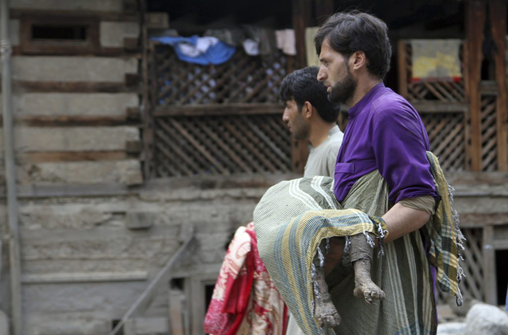 Χάος στο Αφγανιστάν: Σφοδρές μάχες στις μεγάλες πόλεις – Πτώματα στους δρόμους, βροχή οι βόμβες