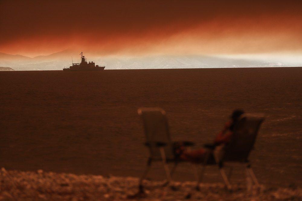 Εύβοια: Ξέγνοιαστες φωτογραφίες βγάζει η διευθύντρια της Ζαχαράκη στο Μαρμάρι ενώ το νησί καίγεται (Photo)
