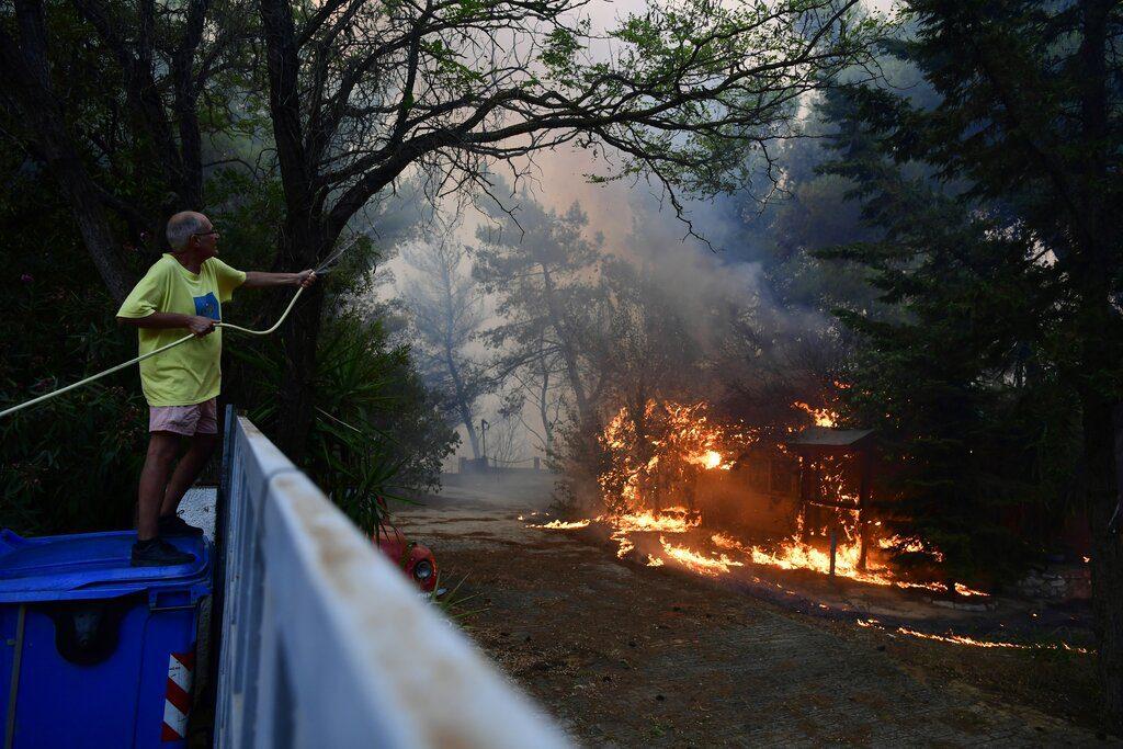 Πυρκαγιά στη Βαρυμπόμπη: «Να γιατί δεν φταίνε τα πεύκα…»