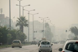 Οι απλές μάσκες της πανδημίας δεν προστατεύουν από τα μικροσωματίδια και της χημικές ουσίες της φωτιάς