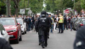 Βερολίνο: Εκατοντάδες διαδηλωτές «έσπασαν» την απαγόρευση – Επεισόδια με την αστυνομία (Videos)