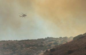 Επικίνδυνη φωτιά στη Λίμνη Ευβοίας. Εκκενώνονται οικισμοί