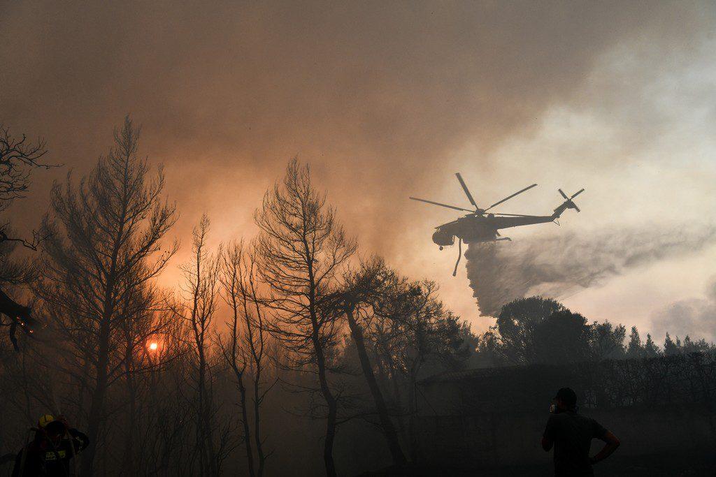 Φωτιά στη Βαρυμπόμπη: Δύο εθελοντές πυροσβέστες μεταφέρονται διασωληνωμένοι στην εντατική