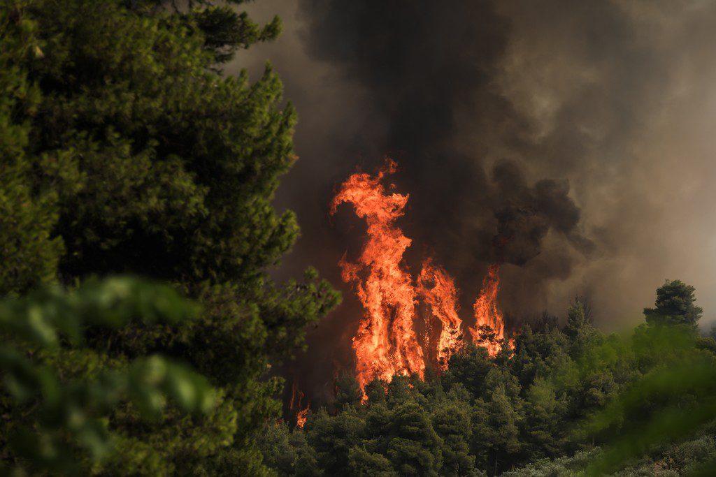 Συνεχίζεται ο πύρινος εφιάλτης στην Εύβοια: Αγωνία για τα χωριά Αμέλαντες, Σκεπαστή – Εκκενώθηκε το Μαντούδι (Photos – Video)