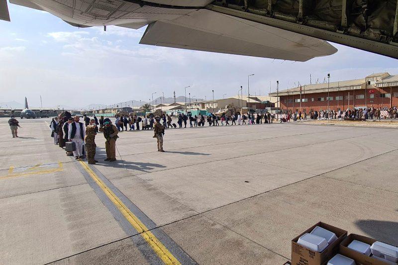 Οι ΗΠΑ επίταξαν αεροσκάφη ιδιωτικών αεροπορικών εταιρειών για να μεταφέρουν εγκλωβισμένους στο Αφγανιστάν