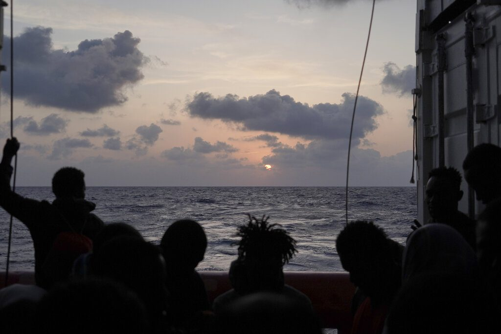 To διασωστικό πλοίο «Ocean Viking» με 555 μετανάστες αναζητά ασφαλές λιμάνι