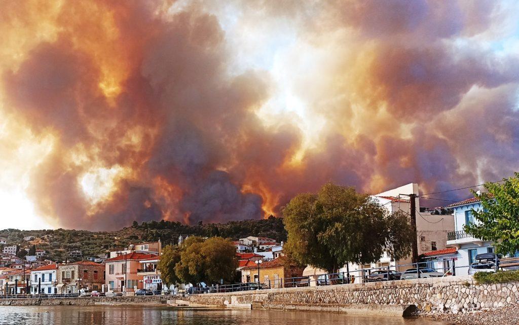 Πυρκαγιά στην Εύβοια: «Δεν λάβαμε κανένα μήνυμα από το 112 – Οι φλόγες έφτασαν μέχρι την παραλία»