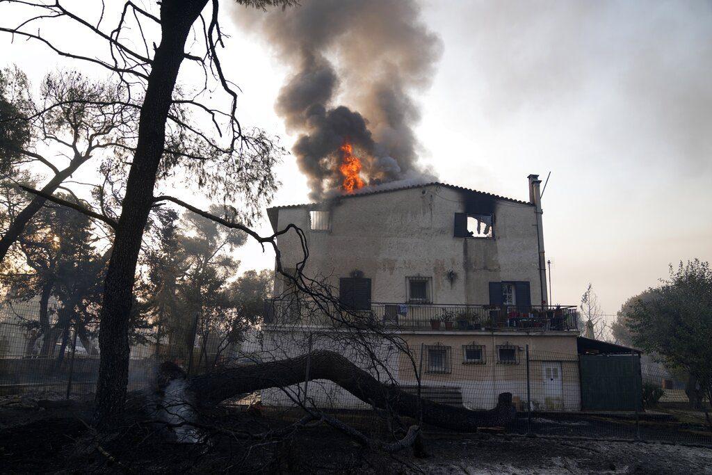 Πυρκαγιά στη Βαρυμπόμπη: 77 άνθρωποι νοσηλεύονται με αναπνευστικά προβλήματα