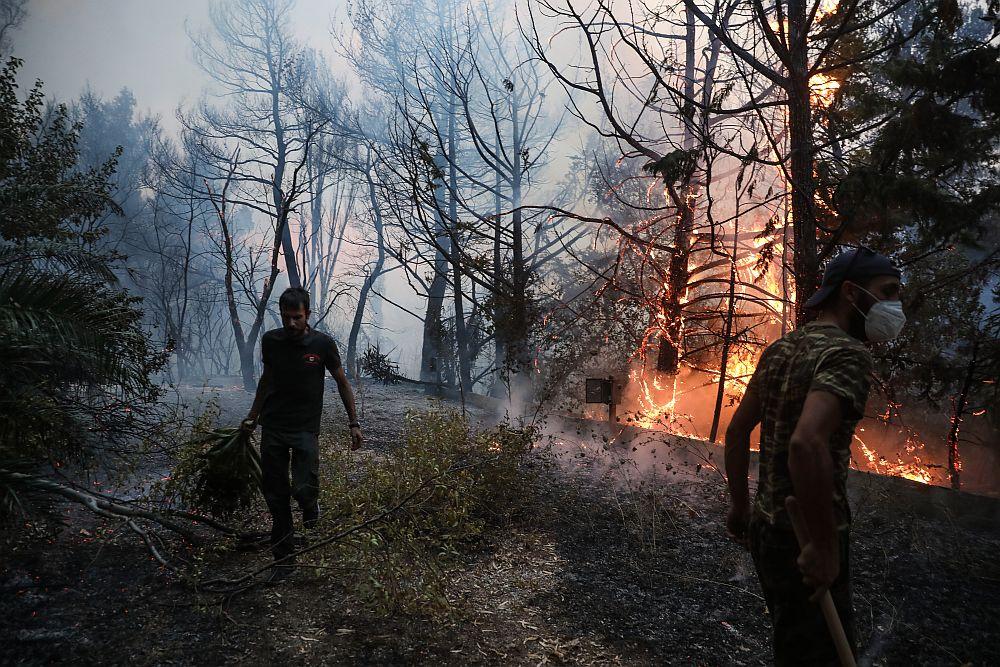 Φωτιά στη Βαρυμπόμπη: Σε νοσοκομείο με αναπνευστικά προβλήματα κάτοικοι της περιοχής
