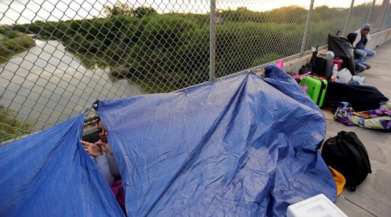 Πάνω από 10.000 μετανάστες, κατασκήνωσαν κάτω από γέφυρα στα νότια σύνορα των ΗΠΑ
