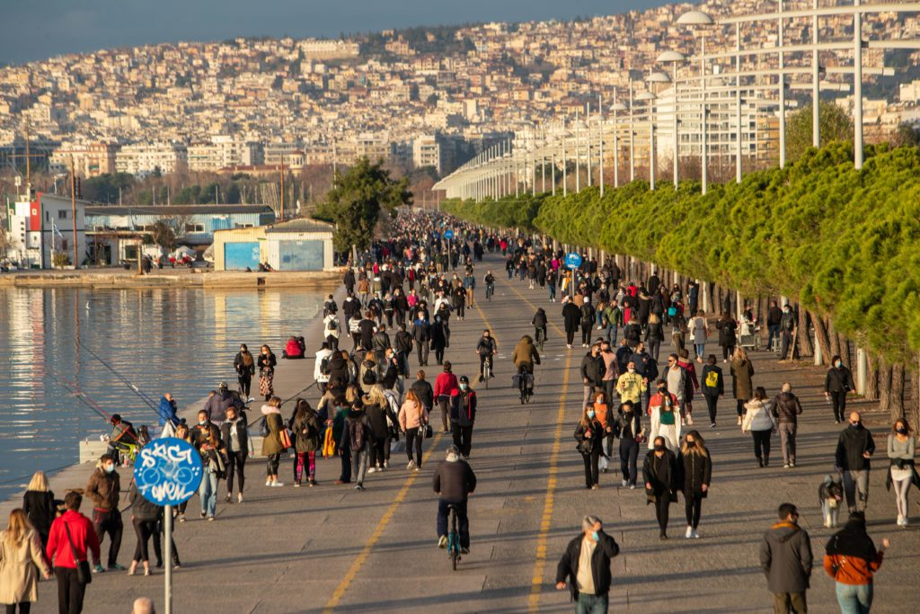 Η Βόρεια Ελλάδα εκπέμπει SOS: Ανησυχία στην κυβέρνηση για τους ανεμβολίαστους, τα σχολεία και την αύξηση των νοσηλειών