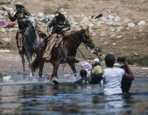 Φωτογραφίες- σοκ: Έφιπποι συνοριοφύλακες κυνηγούν μετανάστες στον Ρίο Γκράντε