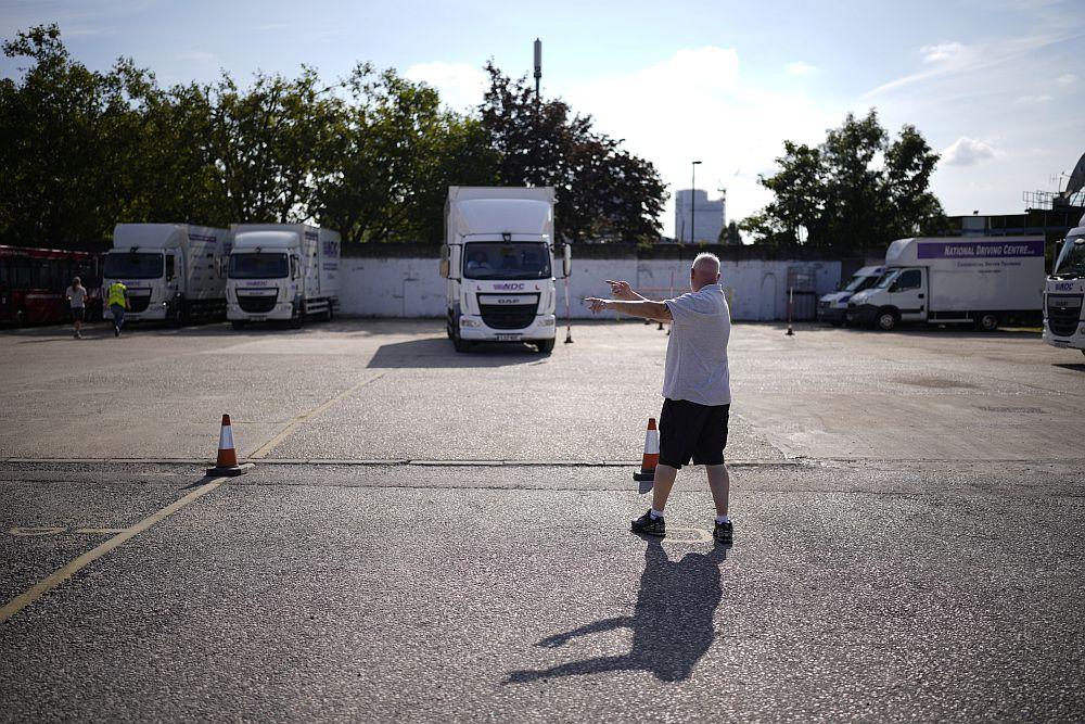 Διεθνής Τύπος: Στρατιώτες στα βυτιοφόρα στη Βρετανία – Παραίτηση συνεργάτη του Σαλβίνι, κατηγορίες για διακίνηση ναρκωτικών