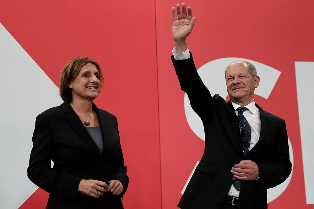 Διεθνής Τύπος: Αμφίρροπο το αποτέλεσμα στις γερμανικές εκλογές – Κρίση καυσίμων στη Βρετανία