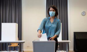 Γερμανικές εκλογές: Ψήφισε η Μπέρμποκ, προβλήματα σε εκλογικά τμήματα