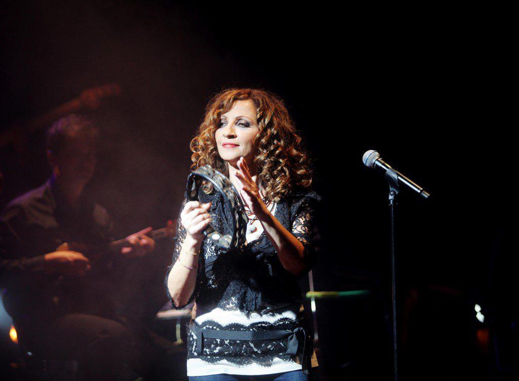 Η Γλυκερία ερμηνεύει το τραγούδι της σειράς «Βαρδιάνος στα σπόρκα»