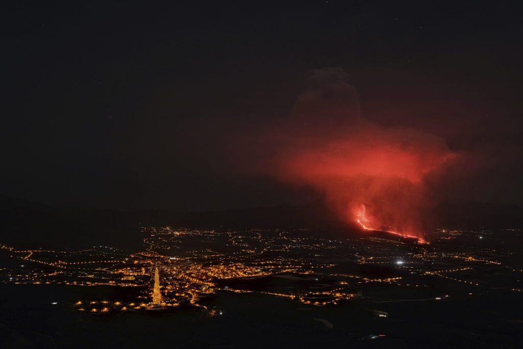 Λα Πάλμα: Ποτάμια λάβας και εκρήξεις στο ηφαίστειο Κούμπρε Βιέχα (Videos)