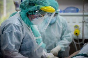 Τοπικά lockdown με την πανδημία να απειλεί: 33 νεκροί – 331 διασωληνωμένοι – 2.046 νέα κρούσματα κορονοϊού