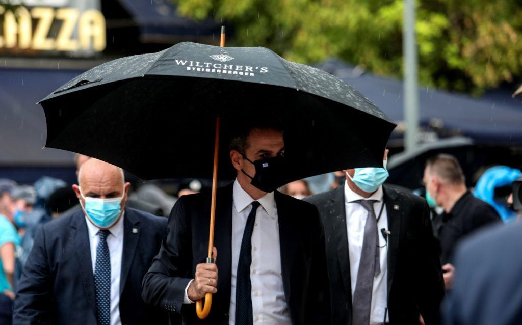 Μητσοτάκης στην κηδεία του Μίκη με ομπρέλα διαφήμισης ξενοδοχείου