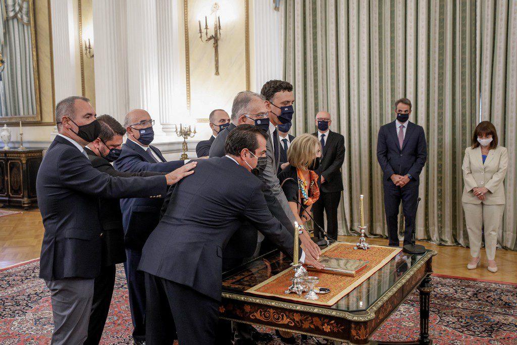 Ανασχηματισμός αποσπασμένων στα υπουργικά γραφεία και παιχνίδια με τις μετατάξεις στο δημόσιο