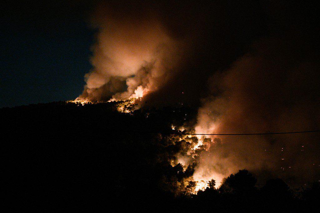 Μεγάλη φωτιά στη Νέα Μάκρη – Κοντά σε σπίτια οι φλόγες